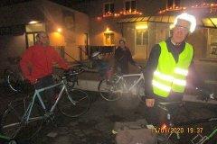 18h30 - La réunion se termine...en vrais Cyclos Guillaume Lasfeld et son épouse rentrent avec les enfants en vélo.... avec les autres mordus de la Petite Reine : Pierre Valois et Jérôme Minatel...bien équipés en signalisation pour la nuit